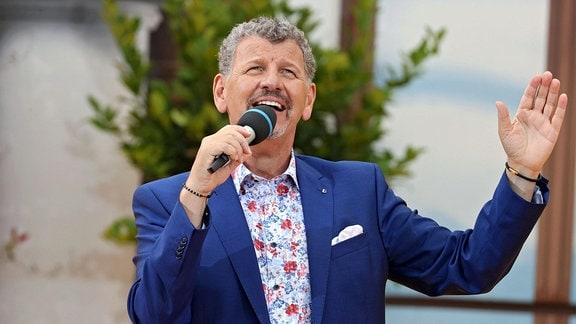 Sänger Semino Rossi während der ARD - Unterhaltungsshow Immer wieder Sonntags im Europapark Rust.