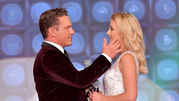 Stefan Mross und Anna Carina Woitschack auf einer Bühne