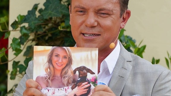 Stefan Mross mit einem Bild seiner Frau Anna Carina Woitschack und ihrem Hund ( Dackel ) Lotti