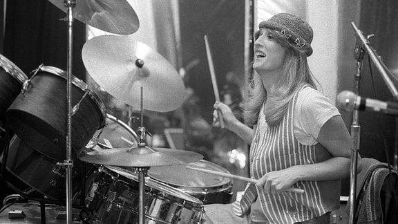 Musikerin Veronika Fischer (GDR) bei Studioaufnahmen hinter dem Schlagzeug