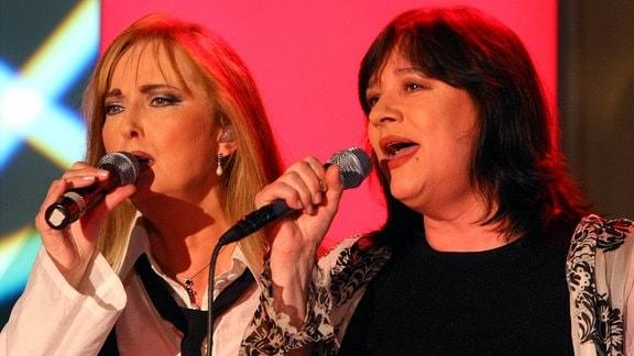 Sängerin Veronika Fischer (li.) und Sängerin Ulla Meinecke (beide GER)  anlässlich der 4. Peter Escher Charity Gala in Leipzig