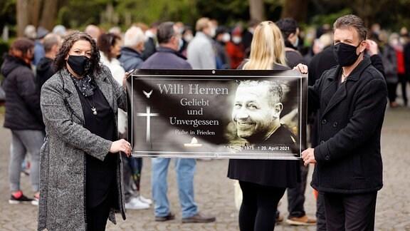 Trauergäst bei der Trauerfeier und Beerdigung von Willi Herren auf dem Melaten Friedhof.
