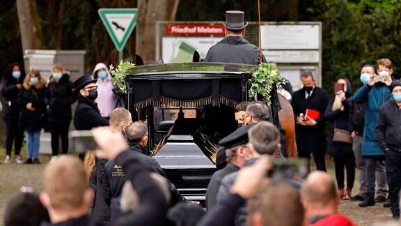 Kutsche mit Sarg und Trauergästen bei der Trauerfeier und Beerdigung von Willi Herren auf dem Melaten Friedhof.