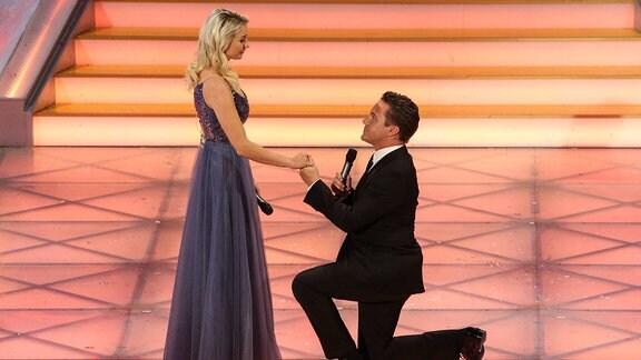 Anna Carina Woitschack bekommt einen Hochzeitsantrag von ihrem Freund und Sänger Stephan Mross