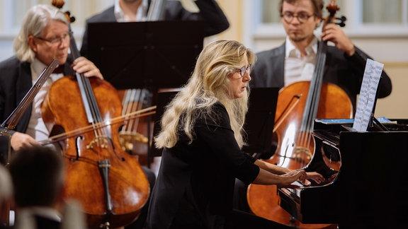 Ragna Schirmer spielt am Flügel beim Konzert in der Bachkirche Arnstadt