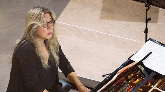 Ragna Schirmer spielt am Flügel beim Konzert in der Bachkirche Arnstadt.