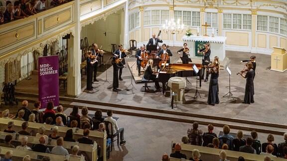 Ragna Schirmer und das Mendelssohn Kammerorchester Leipzig spielen beim MDR-Musiksommer in der Bachkirche Arnstadt.