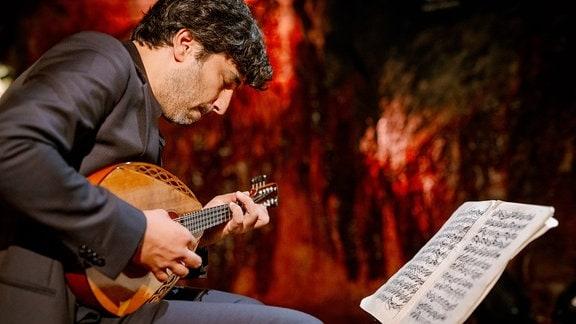 Mandolinist Avi Avital versunken musizierend in den Saalfelder Feengrotten