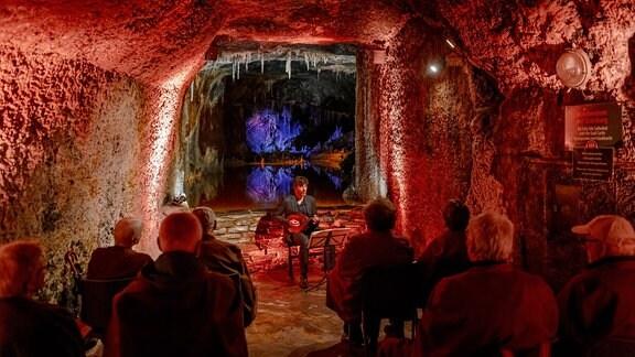 Mandolinist Avi Avital musiziert vor Publikum in den Saalfelder Feengrotten