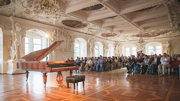 """Riesensaal im Schloss Sondershausen mit """"Liszt-Flügel"""" im heutigen Fest- und Konzertsaal mit MDR MUSIKSOMMER-Publikum"""
