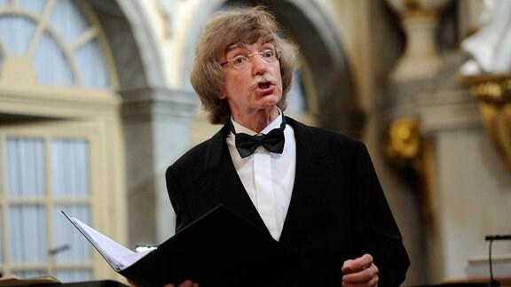 Dirigent und Bass Gotthold Schwarz beim Singen auf Schloss Weesenstein beim MDR MUSIKSOMMER-Konzert im August 2015