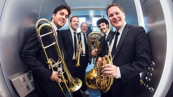 Canadian Brass im Fahrstuhl   v.l.n.r mit Achilles Liarmakopoulos (Posaune); Caleb Hudson (Trompete); Chuck Daellenbach (Tuba); Chris Coletti (Trompete); Bernhard Scully (Horn)
