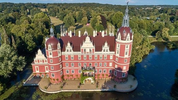 Luftaufnahme des Neuen Schlosses im Fürst-Pückler-Park Bad Muskau