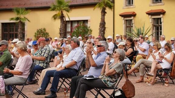 Fast mediterranesAmbiente bot sich dem Publikum auf ihren Plätzen.