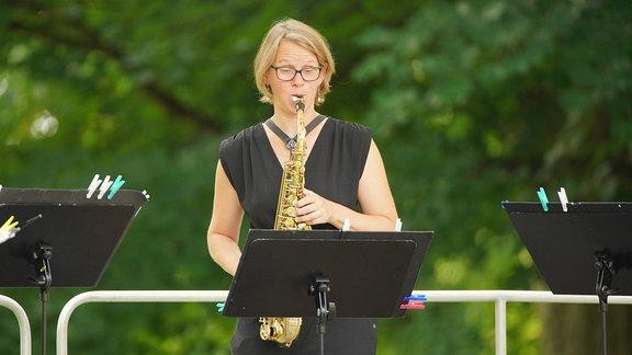 Maike Krullmann spielt technisch souverän das unvergleichlich warme Altsaxophon.