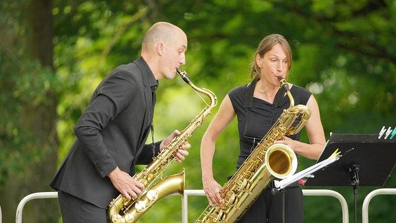 Christoph Enzel ist der kreative Kopf des Quartetts und bringt Werke und Programme ins Ensemble. Kathi Wagner spielt das Baritonsaxophon.