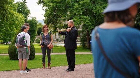 Jan Schulte Bunert erklärt interessierten Gästen sein Sopransaxophon.