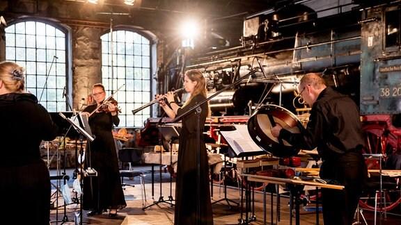 Musikerinnen und Musiker bei der MDR-Musiksommer Sonderausgabe im Eisenbahnmuseum Chemnitz
