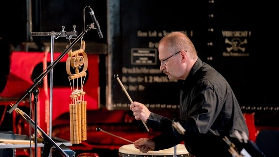 Schlagzeuger Stefan Stopora konzentriert mit Schlegeln in der Hand bei der MDR-Musiksommer Sonderausgabe im Eisenbahnmuseum Chemnitz