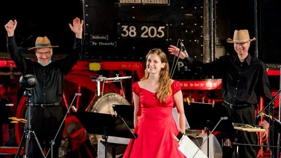 Drei strahlende Musiker bei der MDR-Musiksommer Sonderausgabe auf der Bühne des Eisenbahnmuseums Chemnitz