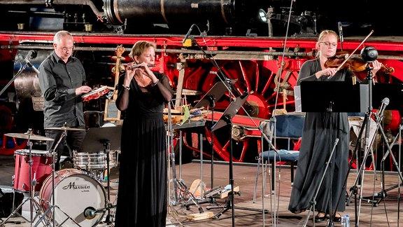 Zwei Musikerinnen und ein Musiker auf der Bühne bei der MDR-Musiksommer Sonderausgabe im Eisenbahnmuseum Chemnitz