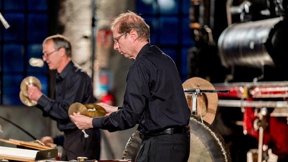 Zwei Schlagzeuger bei der MDR-Musiksommer Sonderausgabe im Eisenbahnmuseum Chemnitz