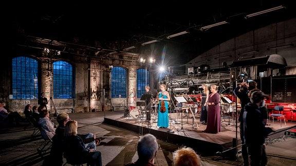 Vier Musikerinnen auf der Bühne vor einer Lokomotive bei der MDR-Musiksommer Sonderausgabe im Eisenbahnmuseum Chemnitz