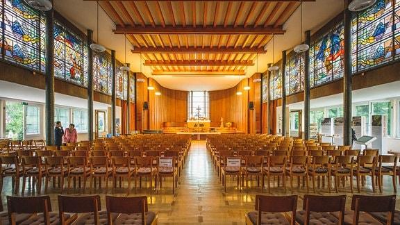 Der Kirchsaal des Diakonissen-Mutterhauses Elbingerode mit seinen Buntglasfenstern