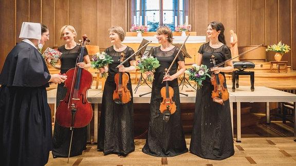 Geschenkübergabe nach dem Konzert des Klenke Quartetts im Diakonissen-Mutterhaus Elbingerode