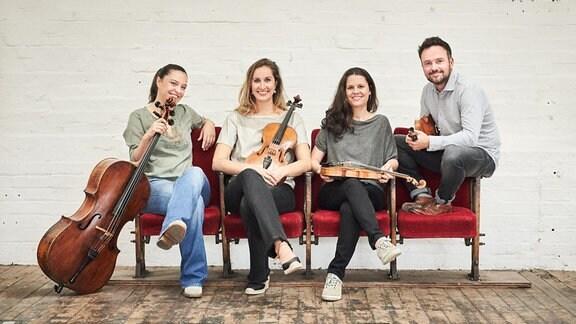 Die vier Musiker des Elias String Quartet mit ihren Instrumenten