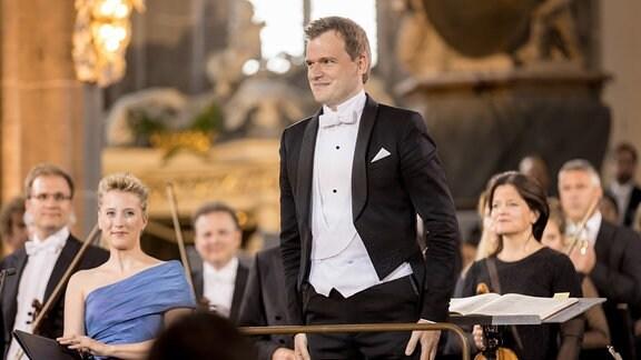 Dirigent Risto Joost auf dem Dirigentenpodium beim Eröffnungskonzert des MDR-Musiksommers 2019