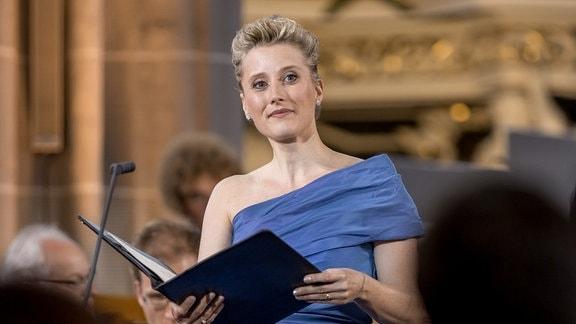 Sopranistin Ilse Eerens im blauen Abendkleid auf der Bühne beim Eröffnungskonzert des MDR-Musiksommers 2019