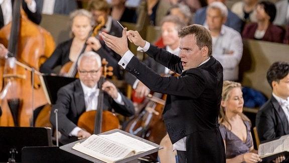 Dirigent Risto Joost beim Eröffnungskonzert des MDR-Musiksommers