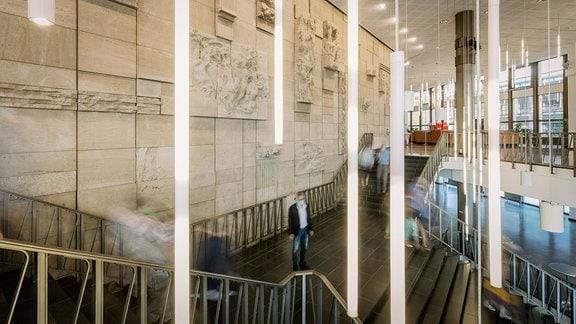 Blick ins Treppenhaus des Kultur- und Kongresszentrums Gera, verschwommene Silhouetten von Menschen.