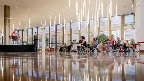 Oliver Jueterbock begrüßt das Publikum vor dem Konzert der MDR-Musiksommer Sonderausgabe am 26. Juli 2020 im Kultur- und Kongresszentrum Gera.
