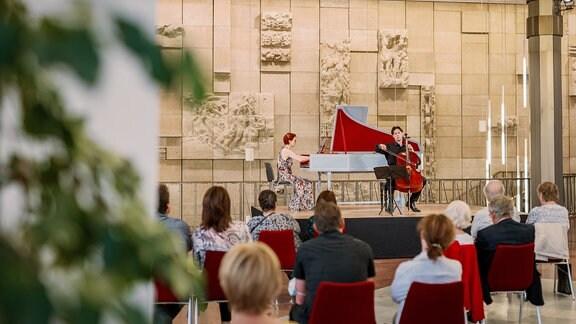 Der Cellist Daniel Müller-Schott und die Cembalistin Irina Zahharenkova beim Konzert der MDR-Musiksommer Sonderausgabe am 26. Juli 2020 im Kultur- und Kongresszentrum Gera.