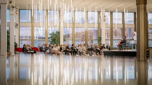 Der Cellist Daniel Müller-Schott und die Cembalistin Irina Zahharenkova beim Konzert der MDR-Musiksommer Sonderausgabe am 26. Juli 2020 im Kultur- und Kongresszentrum Gera. Im Boden spiegeln sich die länglichen Lampen.