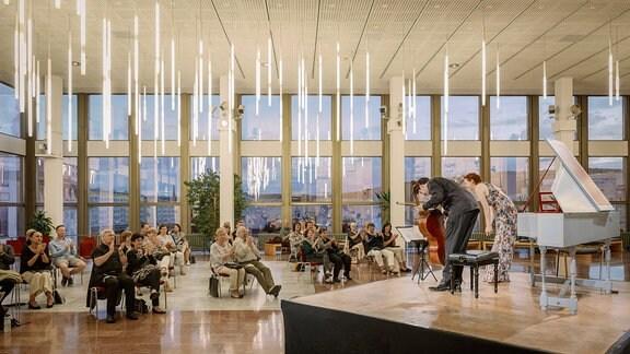 Der Cellist Daniel Müller-Schott und die Cembalistin Irina Zahharenkova verbeugen sich, Publikum applaudiert beim Konzert der MDR-Musiksommer Sonderausgabe am 26. Juli 2020 im Kultur- und Kongresszentrum Gera.