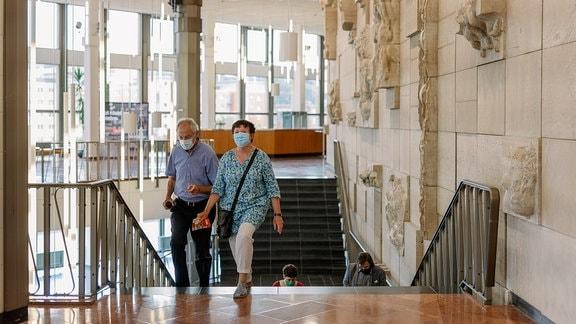 Beim Konzert der MDR-Musiksommer Sonderausgabe am 26. Juli 2020 im Kultur- und Kongresszentrum Gera laufen Menschen mit Mund-Nasen-Schutz die Treppen hoch.
