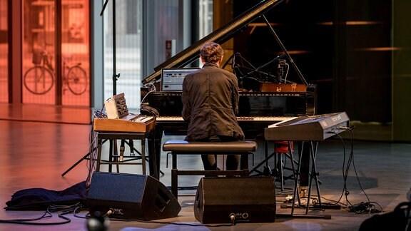 Francesco Tristano am Klavier beim Konzert im Bauhaus Museum Dessau