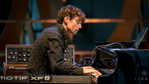 Francesco Tristano am Klavier beim MDR-Musiksommer-Konzert im Bauhaus Museum Dessau