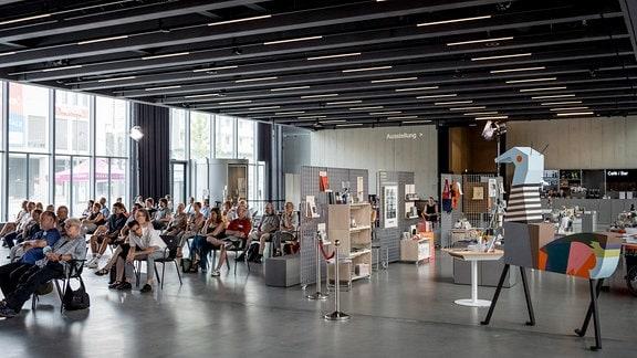 Konzertpublikum beim MDR-Musiksommer-Konzert im Bauhaus Museum Dessau
