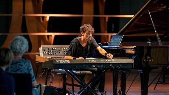 Francesco Tristano am Synthesizer beim MDR-Musiksommer-Konzert im Bauhaus Museum Dessau