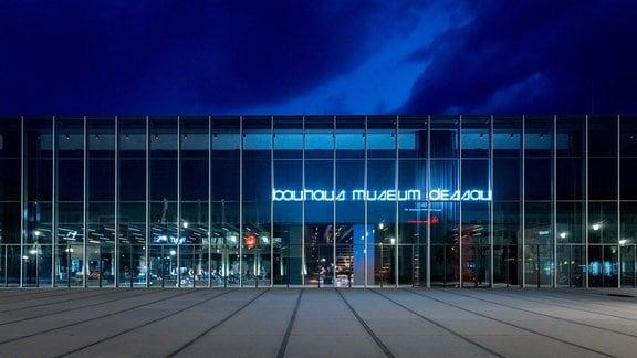 Bauhaus Museum Dessau, Außenansicht am Abend