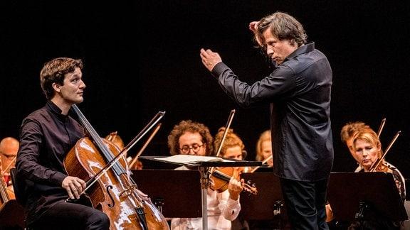 Cellist Maximilian Hornung und Dirigent Kristjan Järvi musizieren in Freyburg