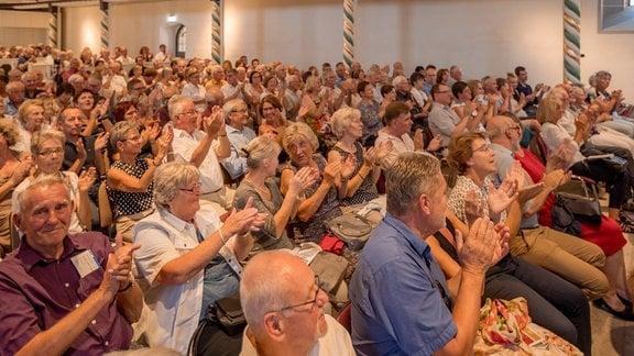 Das Publikum applaudiert nach dem Konzert der Kammersymphonie Leipzig beim MDR-Musiksommer in der Kulturkirche in Weißensee.