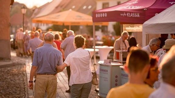 Gäste verlassen im Abendlicht die Kulturkirche in Weißensee nach einem Konzert des MDR-Musiksommers.