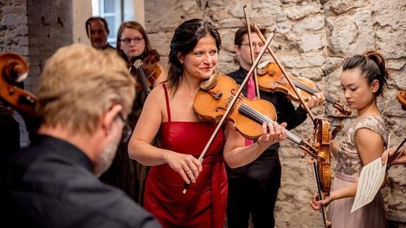 Mitglieder der Kammersymphonie Leipzig mit ihren Instrumenten vor ihrem Konzert beim MDR-Musiksommer in der Kulturkirche in Weißensee.