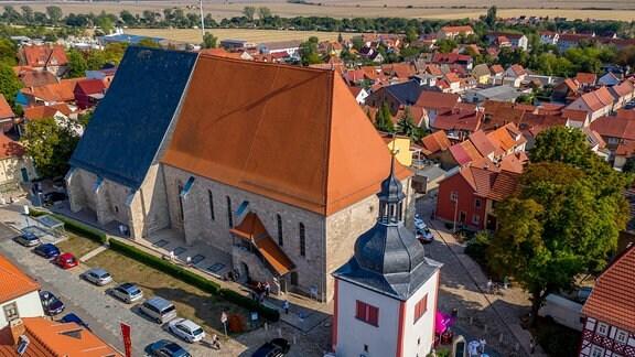 Außenaufnahme der Kulturkirche in Weißensee aus der Luft.