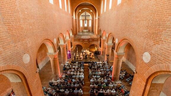 Blick in den Innenraum auf die Bühne der Klosterkirche Jerichow, wo das Ensemble Artemandoline musiziert